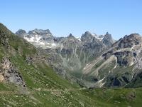 Alpe Raché, sullo sfondo la catena montuosa che racchiude la parte terminale della Valle  di St. Barthélemy (Becca de Leseney)