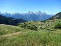 Lignan,  Saquignod - Sullo sfondo la Grande Roise (3.357 m), la Becca di Salè (3.137 m) ed il Monte Emilius (3.559)