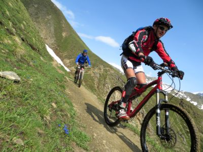 Lungo il single-track in discesa dal Saflischpass